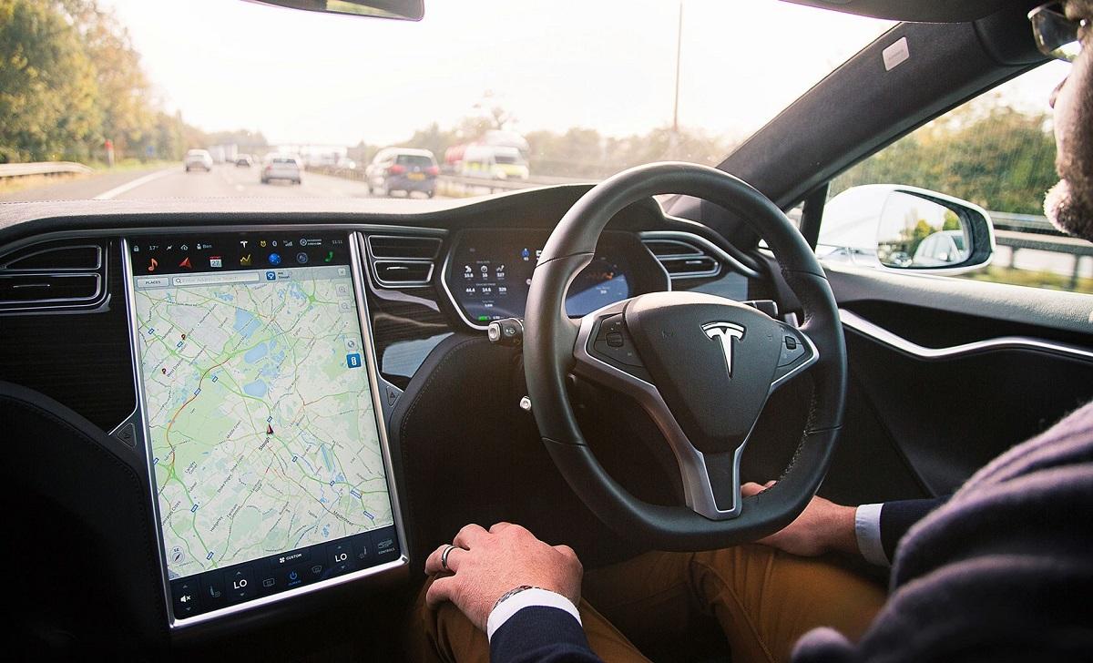 Tesla propone la prova gratuita di Autopilot